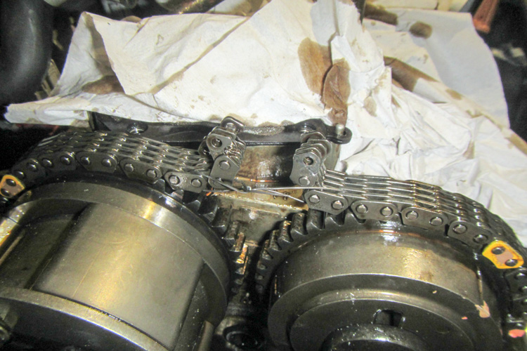 The quick and cheap way to change Nissan Primera P12 timing chain - cutting then feeding with old one and joining the chain.