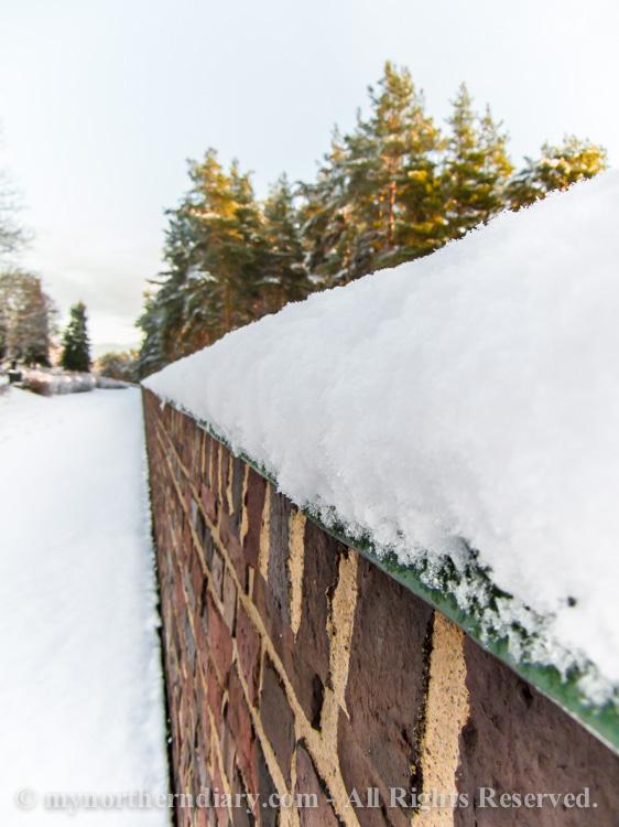 brick fence, luminen hautausmaa, snowy graveyard, tiilimuuri_CRW_0585